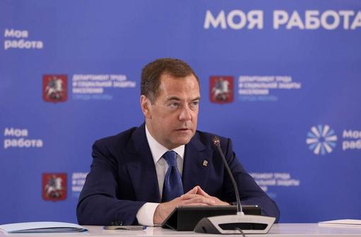 Медведев предложил перейти на четырехдневную рабочую неделю