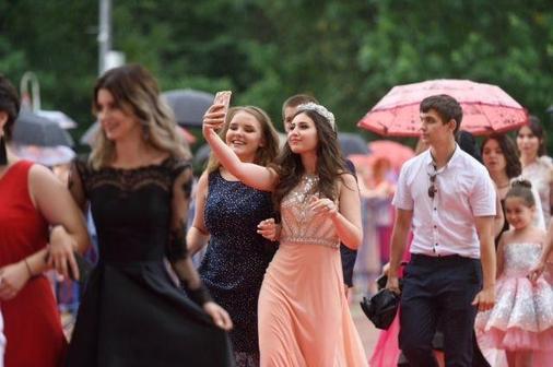 Эффектные платья на выпускной 2021-2022: фото, новинки и главные тренды сезона