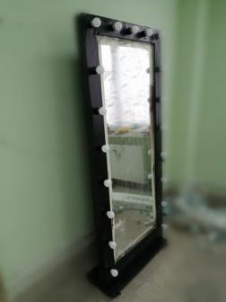 Зеркало с лампами макияжное.