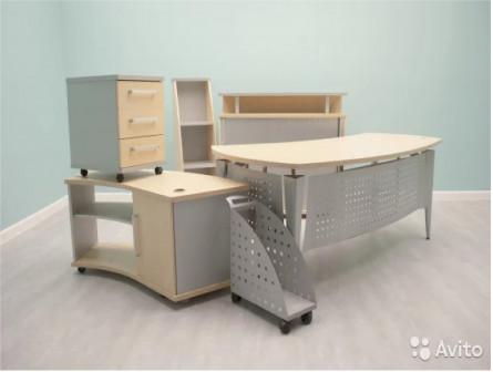 Кабинет офисный: стол, тумбы, стеллаж, подставка