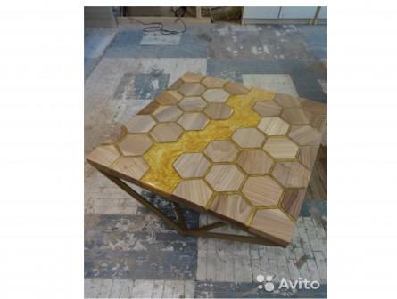 Журнальный стол из карагача и полимера, в наличии