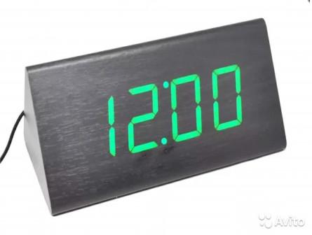 Оригинальные часы в деревянном корпусе зелёные