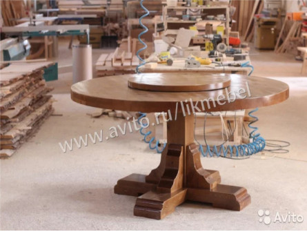 Круглый стол из дерева с вращающейся столешницей