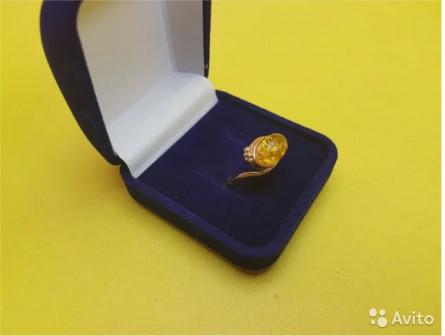 Кольцо с янтарем золото 585 пр массой 3.3 грамма