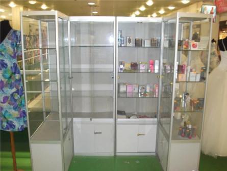 Пристенные витрины для косметики