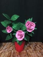 Куст светло-розовых роз в красной плошке. Интерьерный цветок.