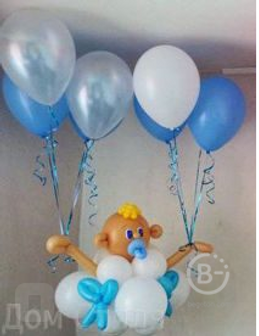малыш на облаке с гелиевыми шарами