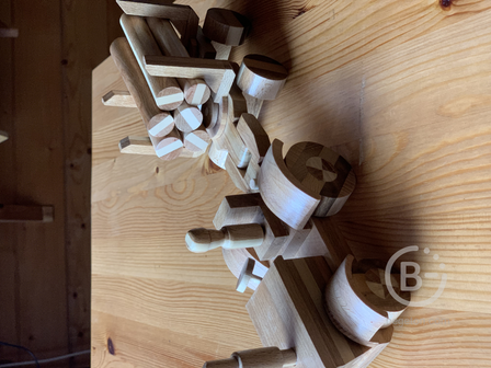 Деревянная игрушка - трактор с прицепом и бревнами.