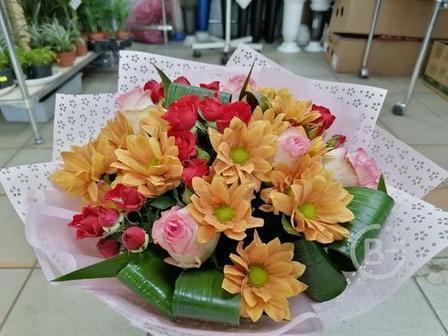 Букет хризантемами, розами и кустовыми розами