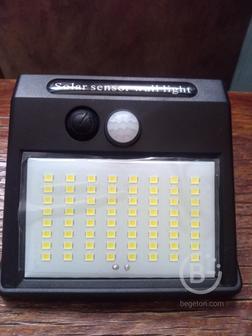Светодиодный уличный светильник с зарядкой от солнечной энергии и датчиком движения