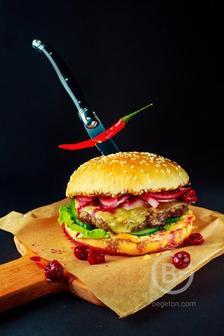 Бургер с говядиной и соусом пряная вишня