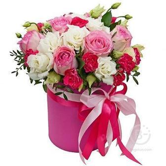 Композиция к коробке из роз, эустом и кустовых гвоздик