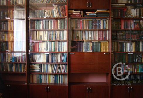 продам книги (около тысячи штук) можно со стеллажом