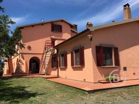 Продается фермерский дом площадью более 30 гектаров в Италии