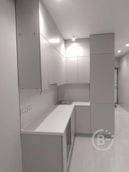 кухоный гарнитур угловой с высокими шкафами