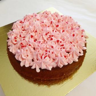 Ягодный пирог с кремовым декором.