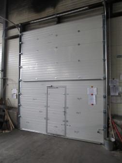 Промышленные секционные ворота Damast с калиткой