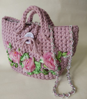 Вязанная сумка с вышивкой лентами Пыльная роза