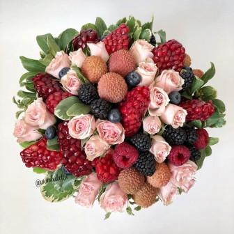Шляпная коробка с ягодами