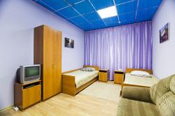 Семейный номер с двумя односпальными кроватями и дополнительным диваном. №3