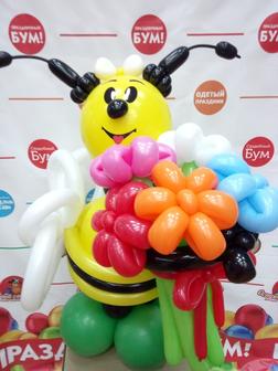 Спецпредложение. Фигура из шаров Пчела с букетом за 590 руб