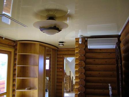 Преимущества натяжного потолка в деревянных домах: