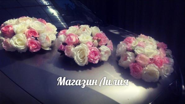 Прокат набора украшений на свадебную машину в Симферополе розово белые букеты на капот