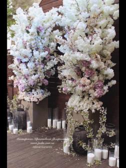 Стойки с декоративными цветами