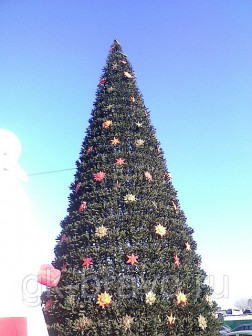 Монтаж и украшение новогодней ели на улице