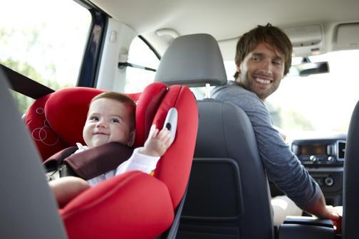 Водитель с детским автокреслом